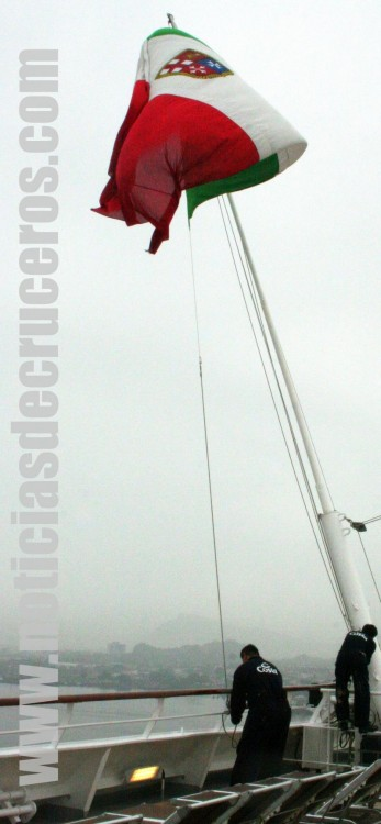 Tripulantes izando la bandera