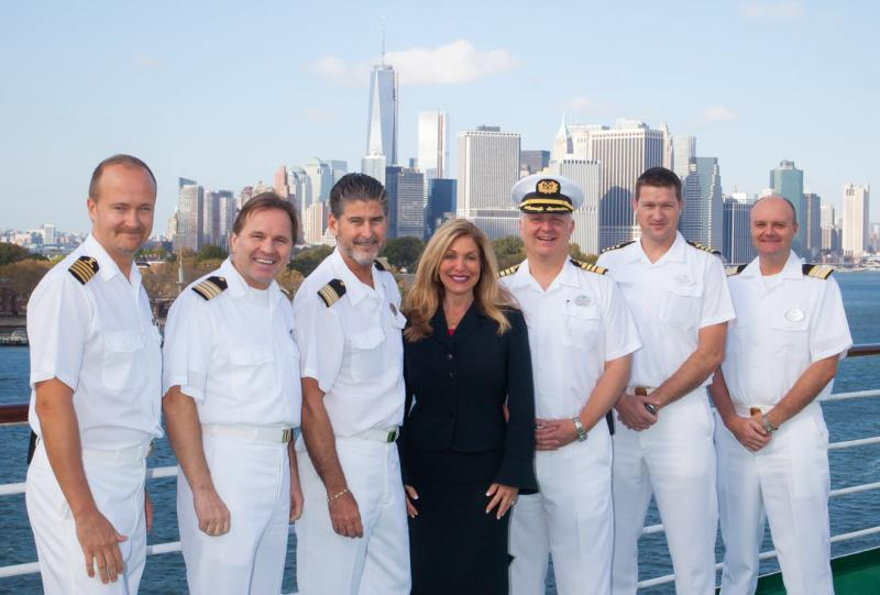 Edie Rodriguez junto a los oficiales principales de Crystal Cruises