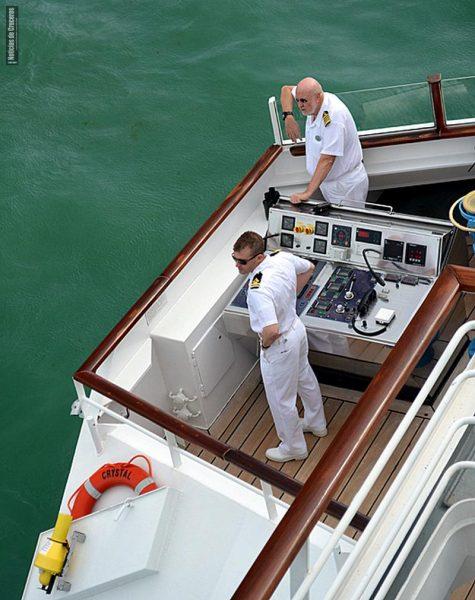 Capitán en el alerón de babor del puente de mando