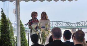 Edie Rodriguez con la madrina de la nave Elisabeth Gurtler.