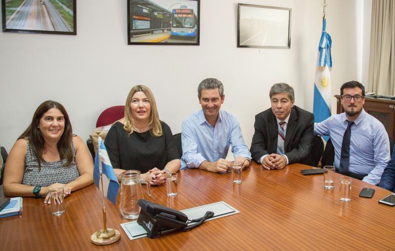 La gobernadora Rosana Bertone y la secretaria de Obras del Ministerio de Transporte Manuela López Menéndez, en la apertura de sobres de las obras para el Puerto de Ushuaia