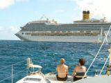 Costa Mágica y velero