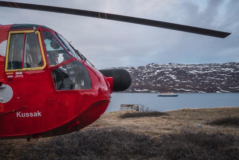 Poseidon Expeditions en Groenlandia: Helicóptero y Sea Spirit de fondo